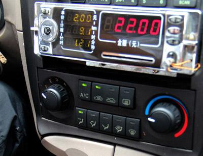 三亚150台出租车将启用税控计价器 发票机打高清图片