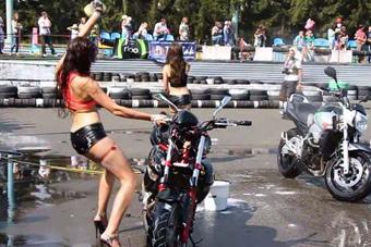 外国美女边洗车边大跳热舞