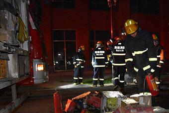陵水一物流货车清晨起火 部分快递包裹被烧毁