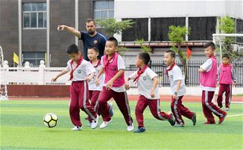 足球——巴薩青訓走進海口校園