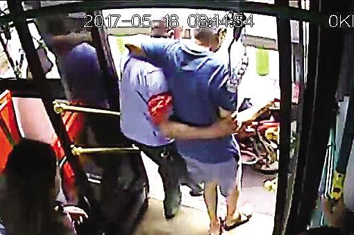 八旬老人公交車上發病暈倒 司機背著他進醫院