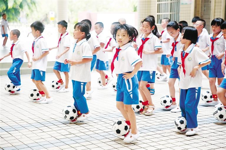 海口:校園足球進課堂