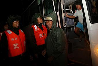 三亞漁人碼頭水位暴漲 武警連夜轉移群眾120余名