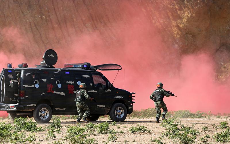 三亞武警:熱帶叢林開展反恐演練
