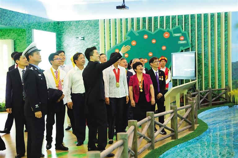 海南干部群众参观建省办经济特区30周年成就展