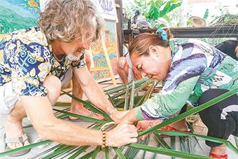 三亚西岛渔村邀外籍艺术家开展文创培训