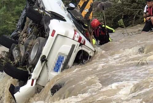 乐东救援队打捞出冲入河道的越野车 确认4人遇难