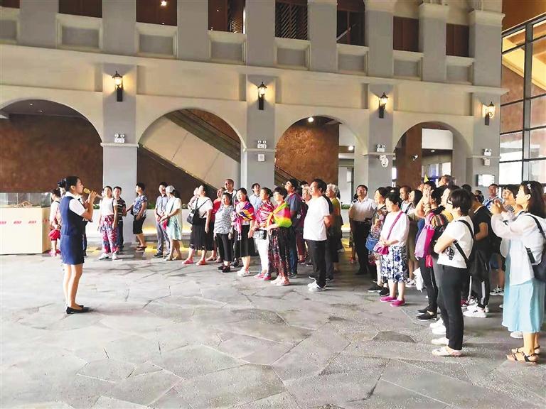 海口市民游客中心迎来首批游客