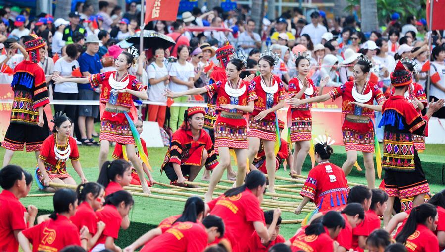 海口:跳竹竿舞迎國慶