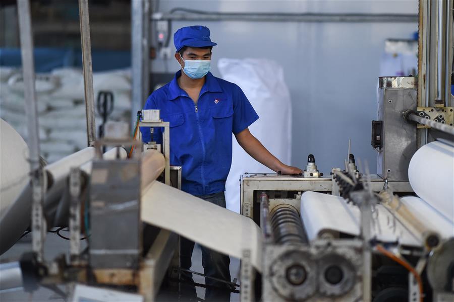 24小時(shi)生產無紡布(bu) 保障口罩原材料(liao)供給
