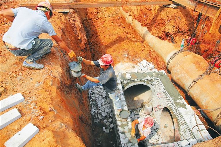 海口靈桂路二期市政化改造項目:鋪設管道忙