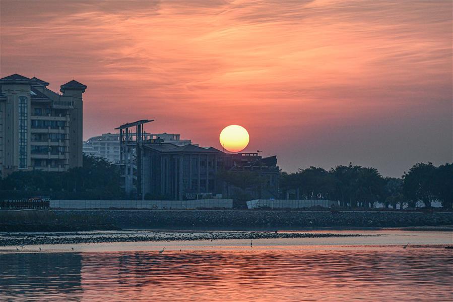 夕陽映紅海口灣