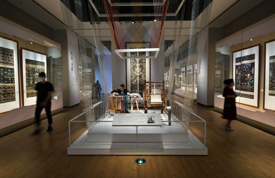 海南省博物館展出41件龍被精品