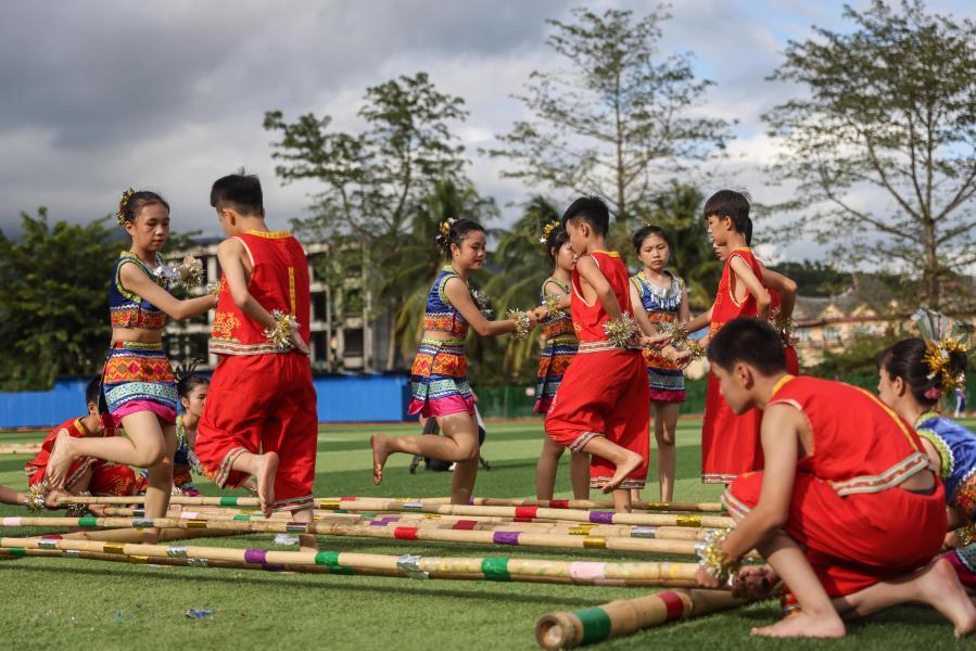 海南保亭:校園歡跳竹竿舞