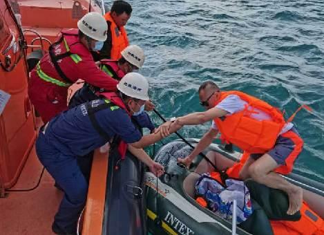 南海救助局三亞救助基地成功救援兩名遊客