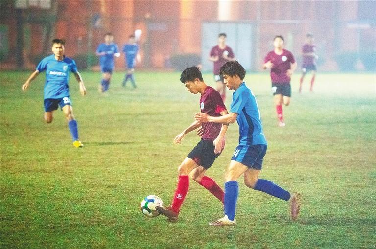 我省大學生球員雨中激戰 省青足賽高校組比賽舉行