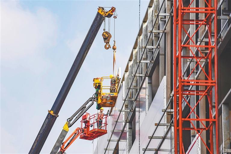 海南最大跨度鋼網架吊裝完成
