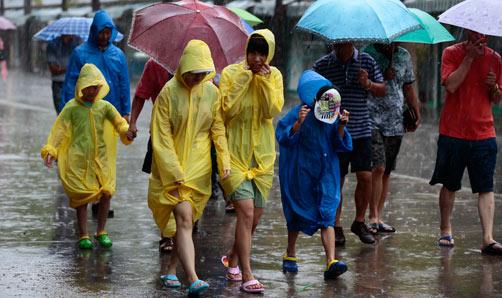 """三亚/台风""""启德""""来袭 三亚大雨路难行"""
