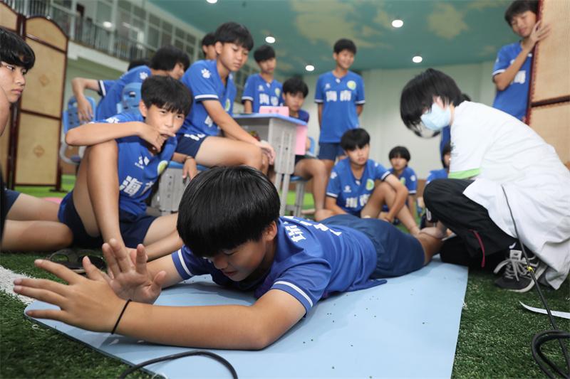 專家團隊為瓊中女足做康復義診